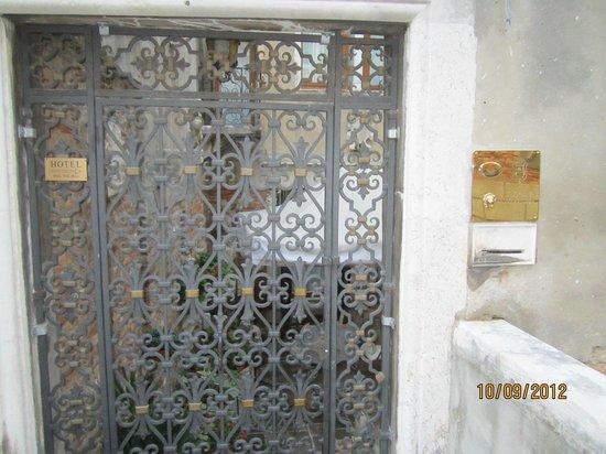 Hotel Al Ponte Mocenigo: Front Gate