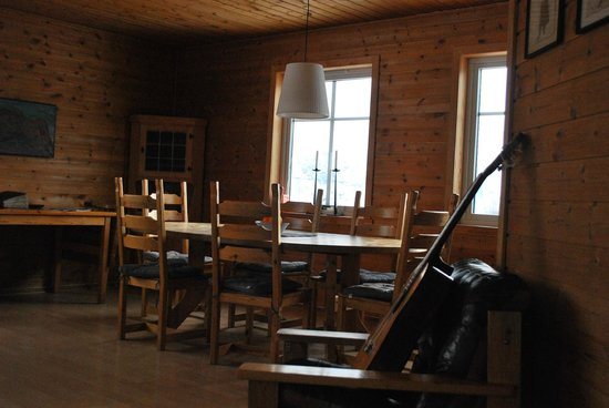 Kunstnerhuset Lofoten: Shared Dining Room