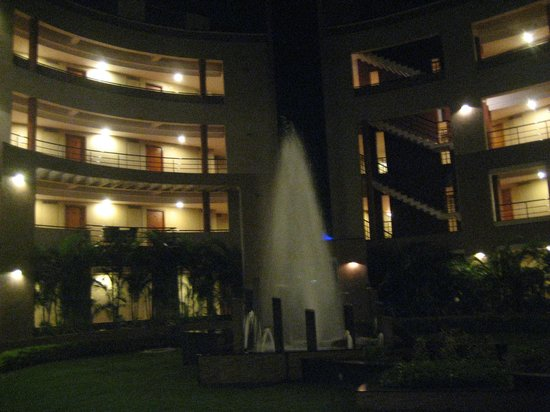 Hotel Malligi: Hotel Grounds - Evening Fountains