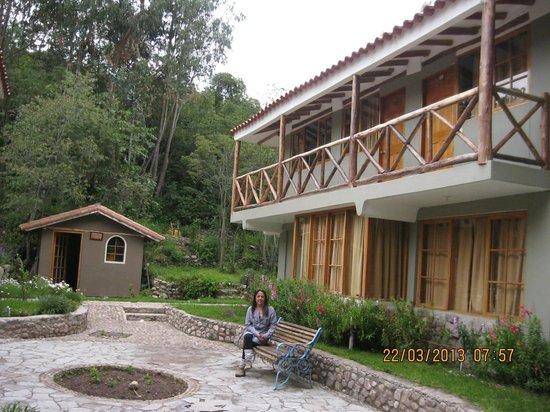 Hotel Pisonay Pueblo: Entrada a habitaciones por jardines
