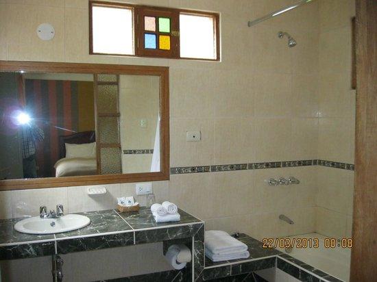 Hotel Pisonay Pueblo: Baño de habitación