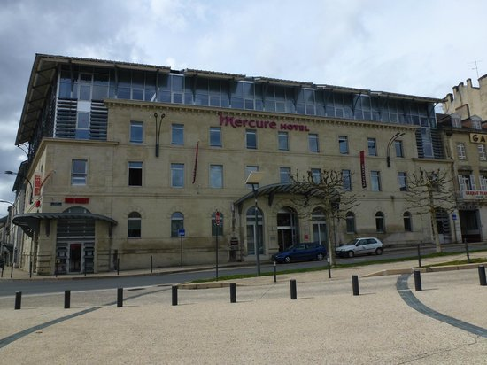 Hôtel Mercure Perigueux Centre Historique: vue de l'hotel en sortant du parking