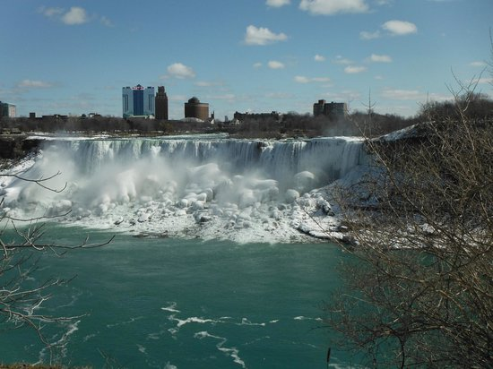 Niagara Falls Marriott Fallsview Hotel & Spa: View from walkway to Friday's from hotel