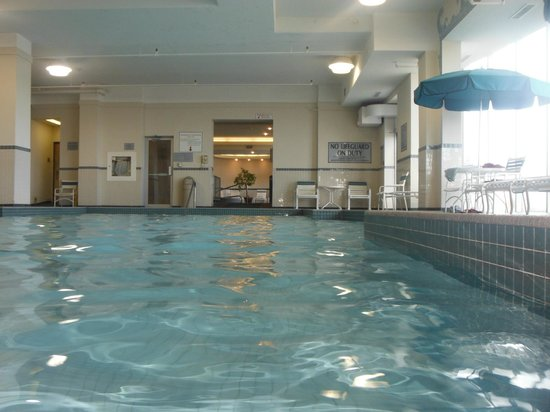Niagara Falls Marriott Fallsview Hotel & Spa: pool area looking to hot tube room