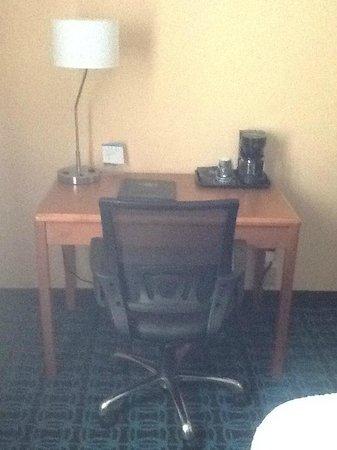 Fairfield Inn Duluth: work in you room