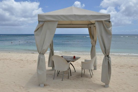 Le Meridien Ile Maurice: this is what you call beachfront dining!