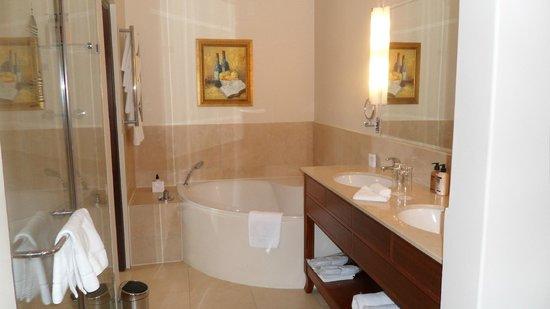 Asara Wine Estate & Hotel: Bathtub