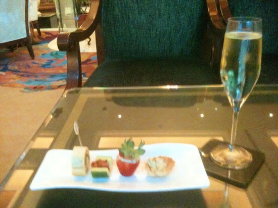 Shangri-La Hotel, Singapore: Canapes in the Lobby