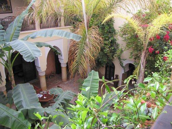 Riad Nabila: vue du couloir sur la cour intérieur