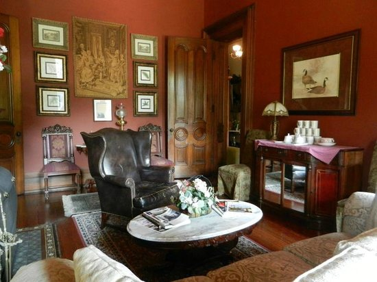 Harry Packer Mansion Inn: Lots of places to put your feet up and relax