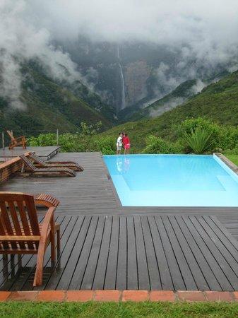 Gocta Andes Lodge: Piscina y de fondo la catarata Gocta