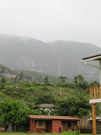 Gocta Andes Lodge: Habitacion del hotel y de fondo cascada