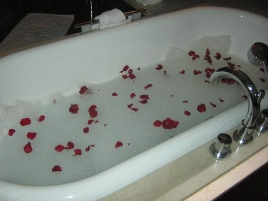 Taj Palace Hotel: after dinner i returned to find the staff had run me a rose petal bath - very nice touch