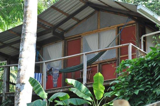 Pirate Cove: Vue extérieur avec la petite terrasse (hamac)