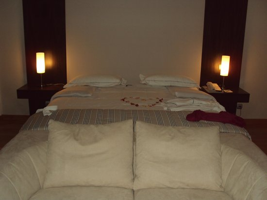 Afrin Prestige Hotel: Bed and sofa area
