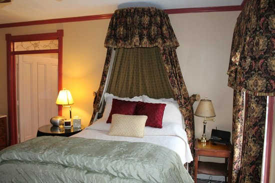 Afton Mountain Bed & Breakfast: Bed - Mornington