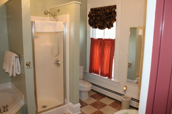 Afton Mountain Bed & Breakfast: Large Bathroom - Mornington