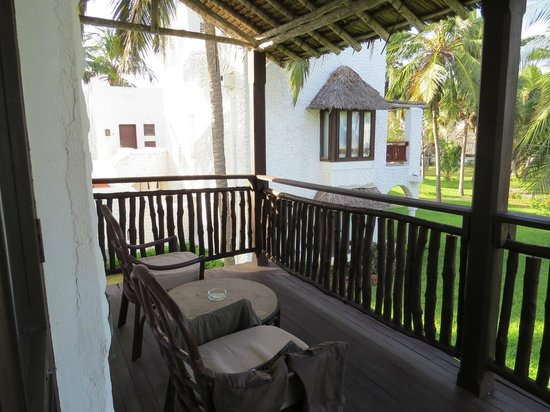 Jacaranda Indian Ocean Beach Resort: balcon avec fauteuils et table