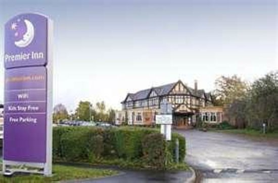 Premier Inn Manchester Airport (Heald Green) Hotel: From the road