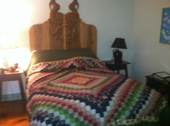 Historic Smithton Inn : Gorgeous quilt in the Sage Room