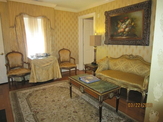 1840s Carrollton Inn: Sitting room view 3