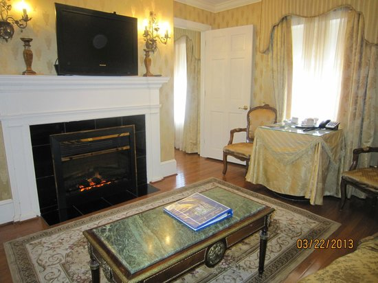 1840s Carrollton Inn: Sitting room view 2