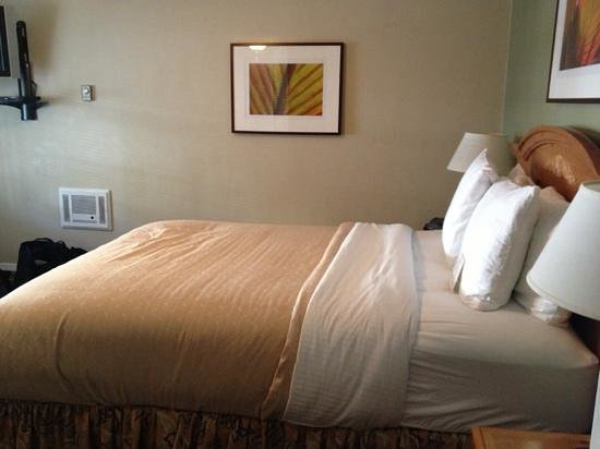 Casa Munras Garden Hotel & Spa: The bed is super warm and comfortable!