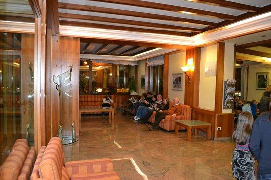 Hotel Excelsior: Sala TV