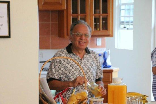 Villa San Juan : Omar helping prepare breakfast