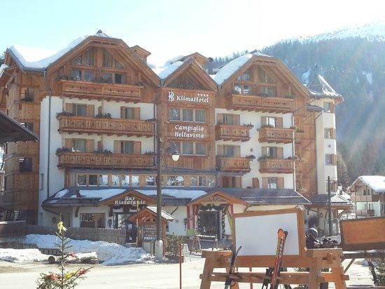 Hotel Campiglio Bellavista: Vista dalla Biglietteria della Funivia Pradalago
