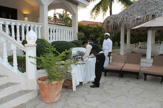 ‪‪The Crown Villas at Lifestyle Holidays Vacation Resort‬: Private Chef and waiter - In room barbecue‬