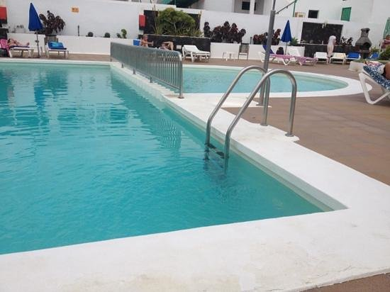Apartamentos THe Oasis: kiddies pool and part of main pool