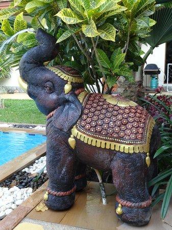 Baan Malinee Bed and Breakfast: les éléphants de la piscine ...