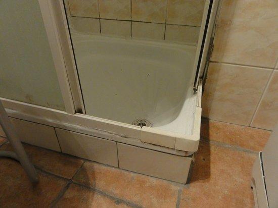 Apartments Opera: Particolare della doccia, tra le due ante c'era la muffa
