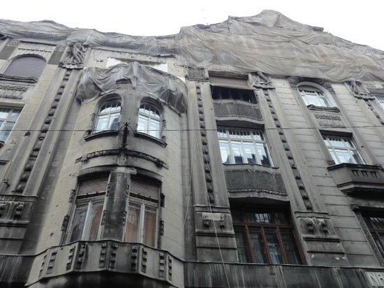 Apartments Opera: Sopra l'ingresso, la rete di contenimento serve ad evitare che l'intonaco cada sui passanti