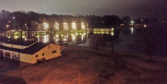 Clarion Resort on the Lake: Night view from our room. Nothing special.