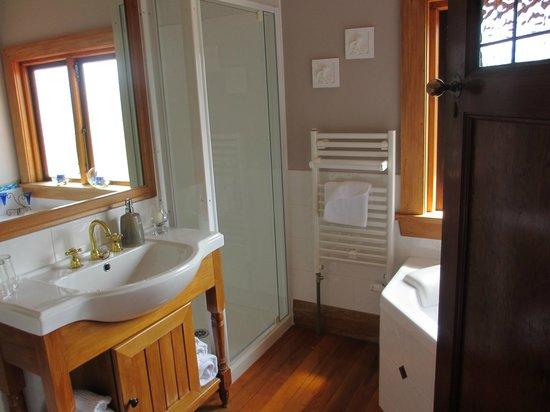 Te Anau Lodge: la salle de bain avec bain à remou