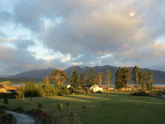 Te Anau Lodge: La vue sur le jardin et le lac de Te Anau