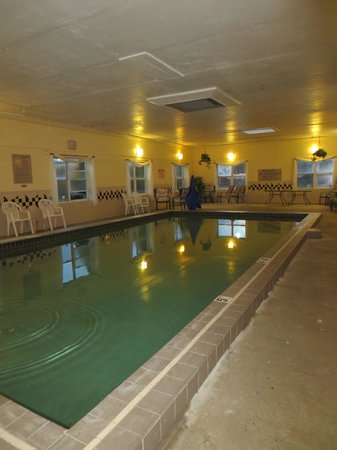 Comfort Inn & Suites : Pool area - very dirty & cold water