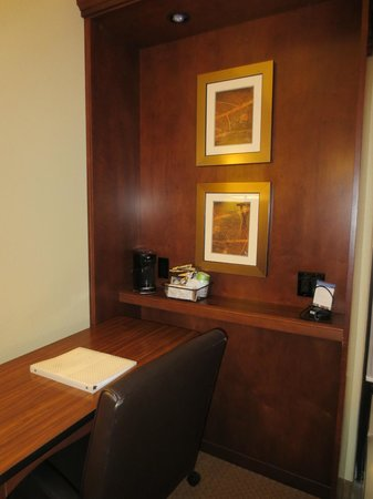 Hampton Inn & Suites St. Louis/South I-55: Desk and coffee/tea area in 2 queen standard room