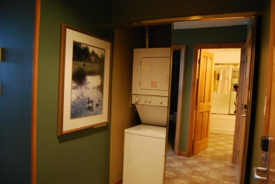 Twin Peaks Resort: Front Entry and Laundry Area
