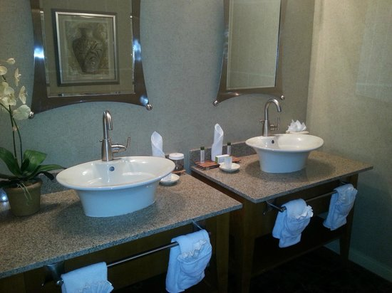 DoubleTree Suites by Hilton Doheny Beach - Dana Point: Double sinks