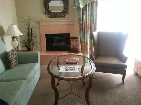 DoubleTree Suites by Hilton Doheny Beach - Dana Point: Fireplace in livingroom