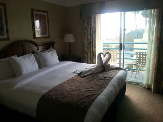 DoubleTree Suites by Hilton Doheny Beach - Dana Point: Bedroom with small personal balcony