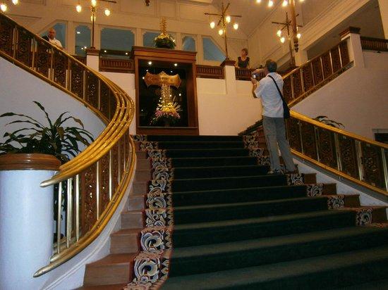 The Park Hotel: escalier au départ du hall .