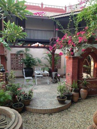 Thurizza Hotel Bagan: Central Patio