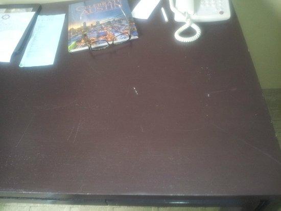 Casulo Hotel: Scratched Desk