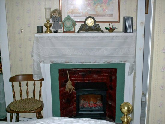 Nichols Guest House Bed and Breakfast: Muriel room fireplace
