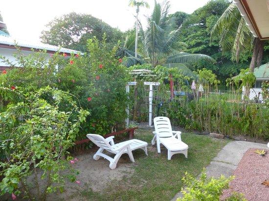 Pension Hibiscus: Petit jardin devant maison Alice