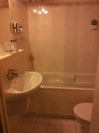 GOLDEN HOTEL PARIS : Our ensuite bathroom